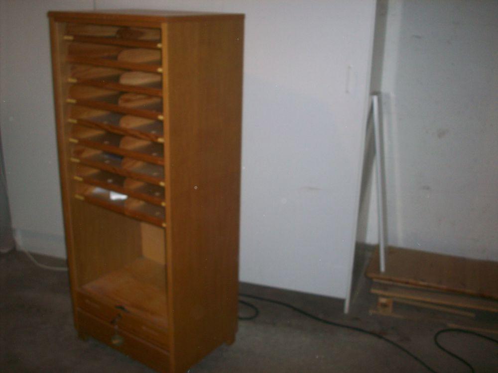 Låsbart förvaringsskåp, av trä.