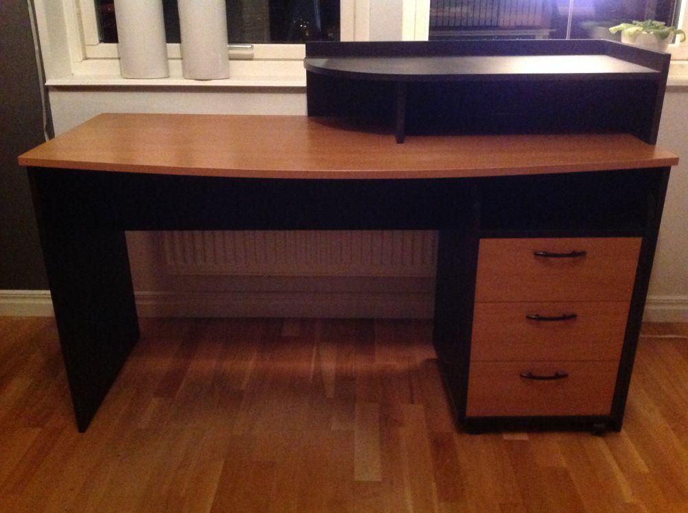 Hylla, skrivbord, säng och sängbord