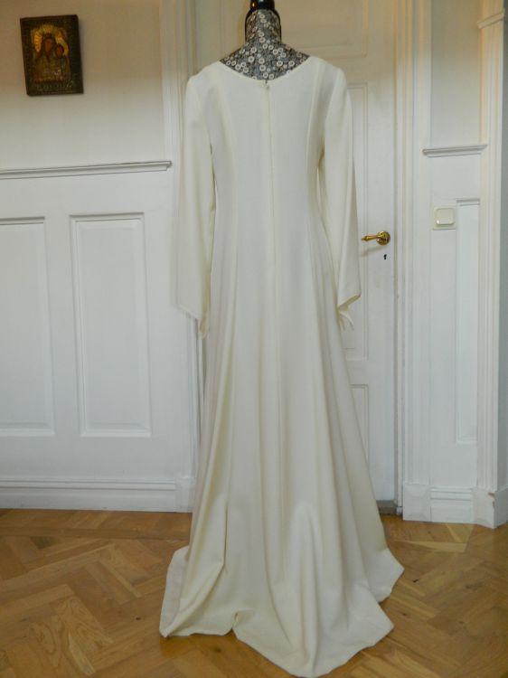 Vacker stilren brudklänning i ullcrepe