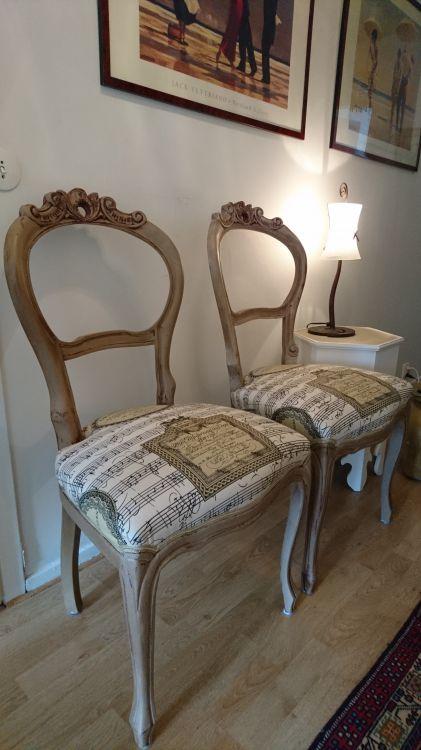 Läckra stolar med fint tyg på stolsitssarna