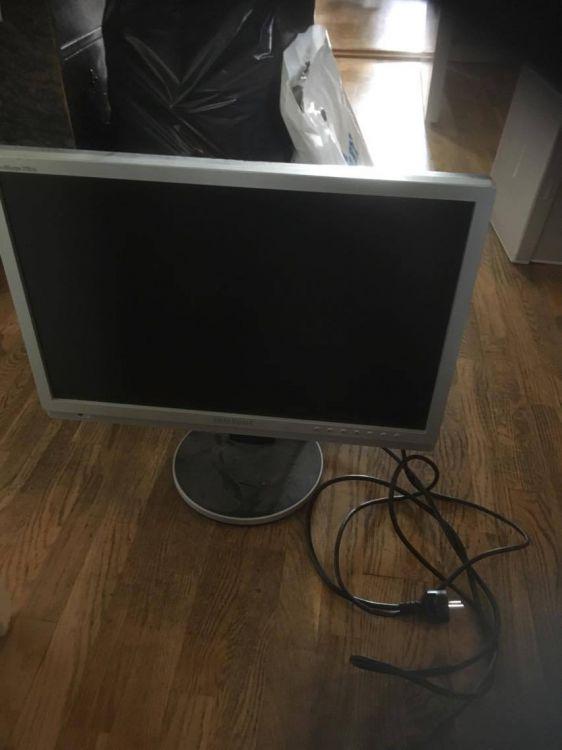 2 datorskärmar