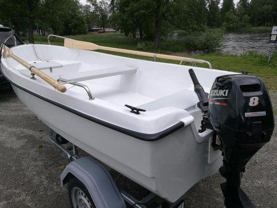 Hellt ny båten med motorn o kärran.