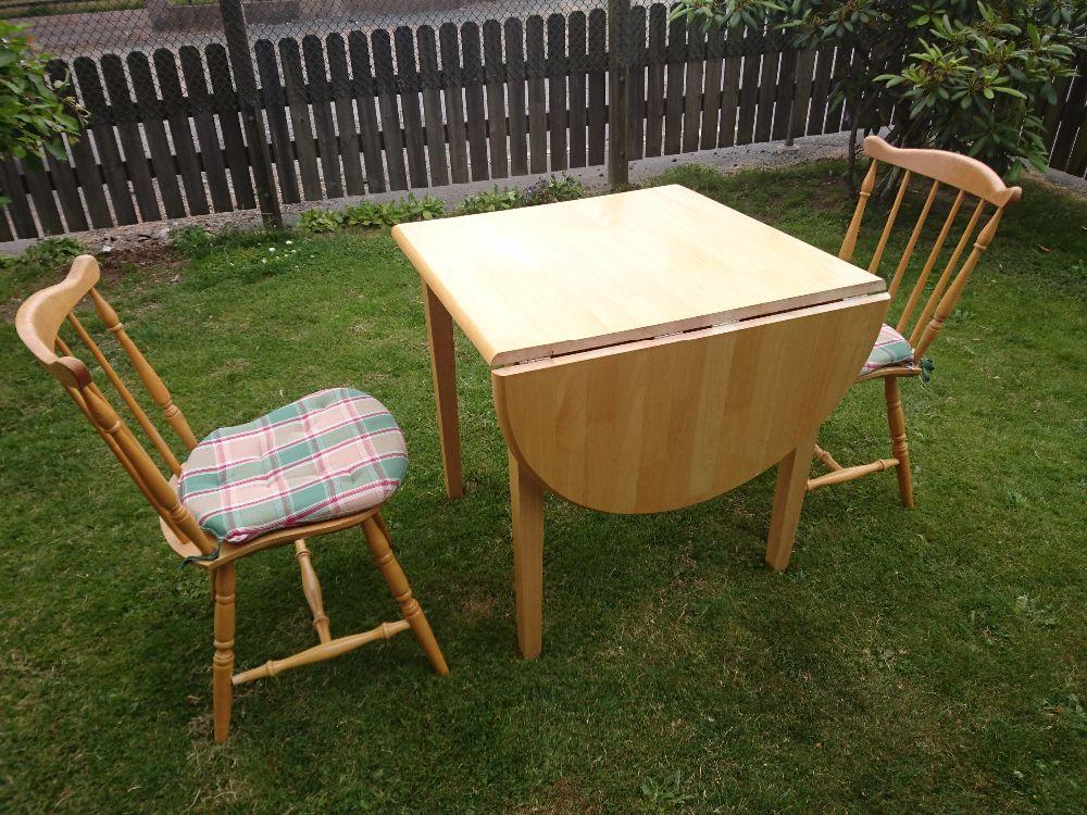Litet matbord tre stolar