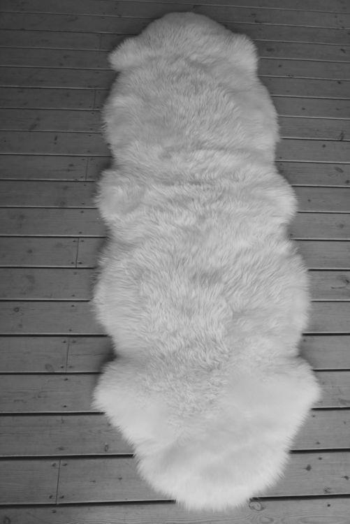 Två vita långa fårskinnsfällar
