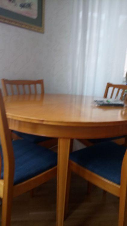 Fint bord och stolar i 60stil med kläada dynor på stolen