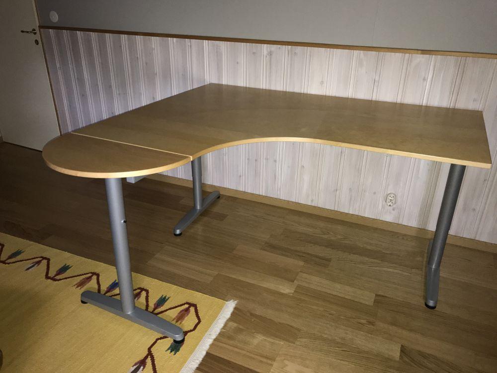 Hörn skrivbord IKEA Möbler& Inredning i Orust med stolar, soffa, soffbord, tv bänk, bord