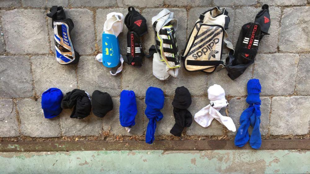 Fotbollsskor, strumpor och skydd