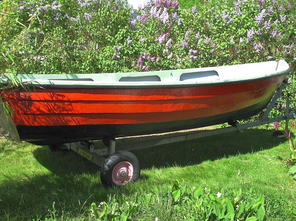 Plastbåt med motor och kärra.......