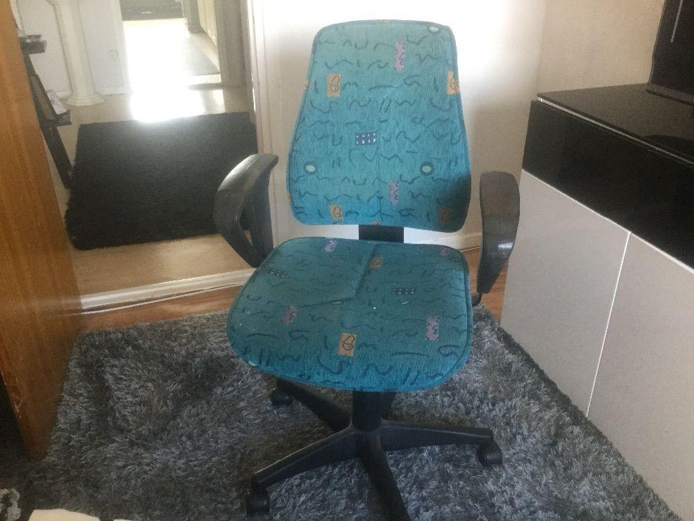 Skrivbord och kontorsstol