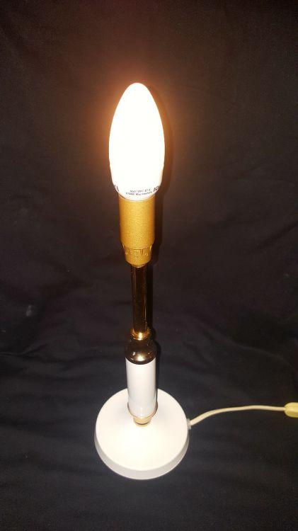 Underbar lampa i vitt och mässingfärg.
