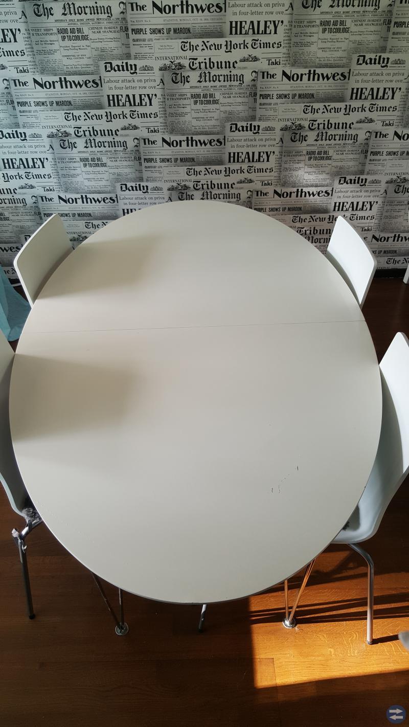 Vitt ovalt matbord med 4 st stolar