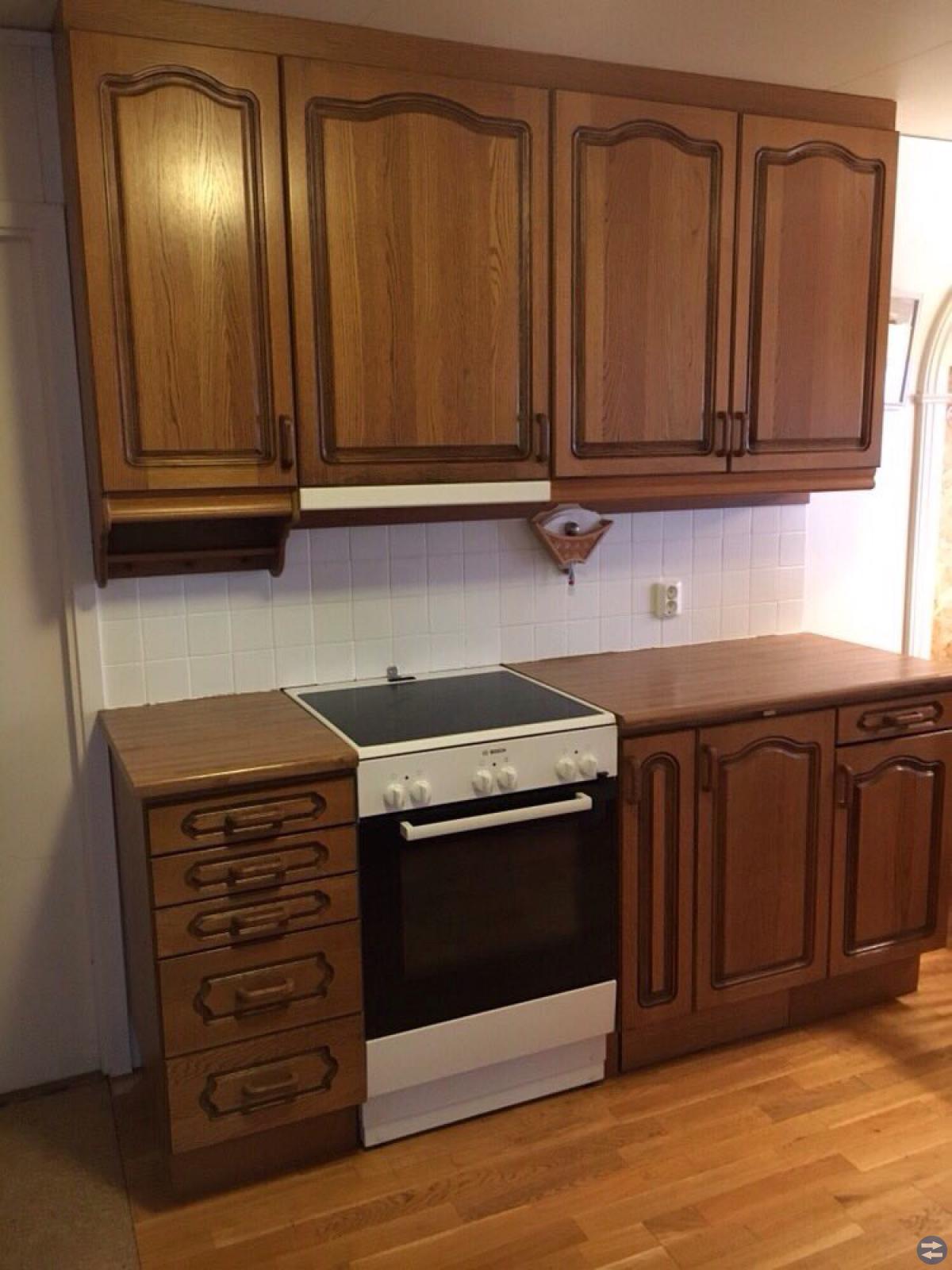 Köksskåp, lådor och högskåp i massiv ek