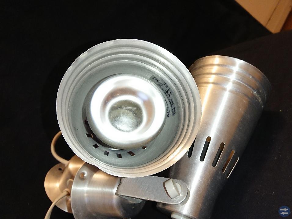 2 St.vägglampor silveraktig/metall.