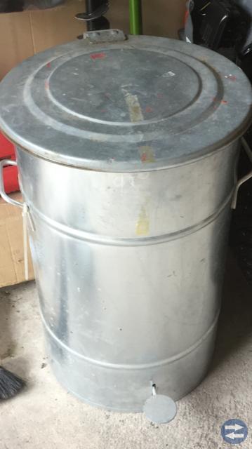 Soptunna / behållare i stål med lock