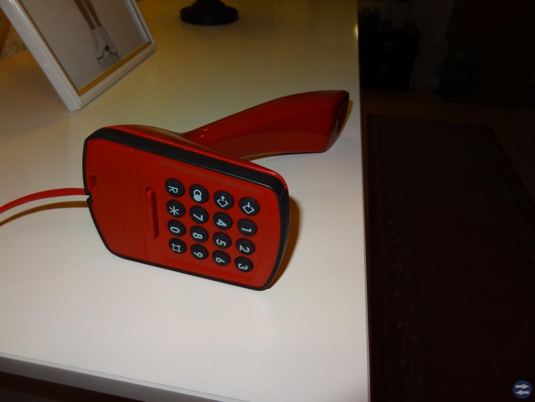 Kobra telefon med knappsats färg Röd.