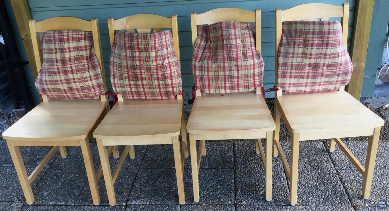 4 st fina stolar i ev bok eller björk. 40 kr st.