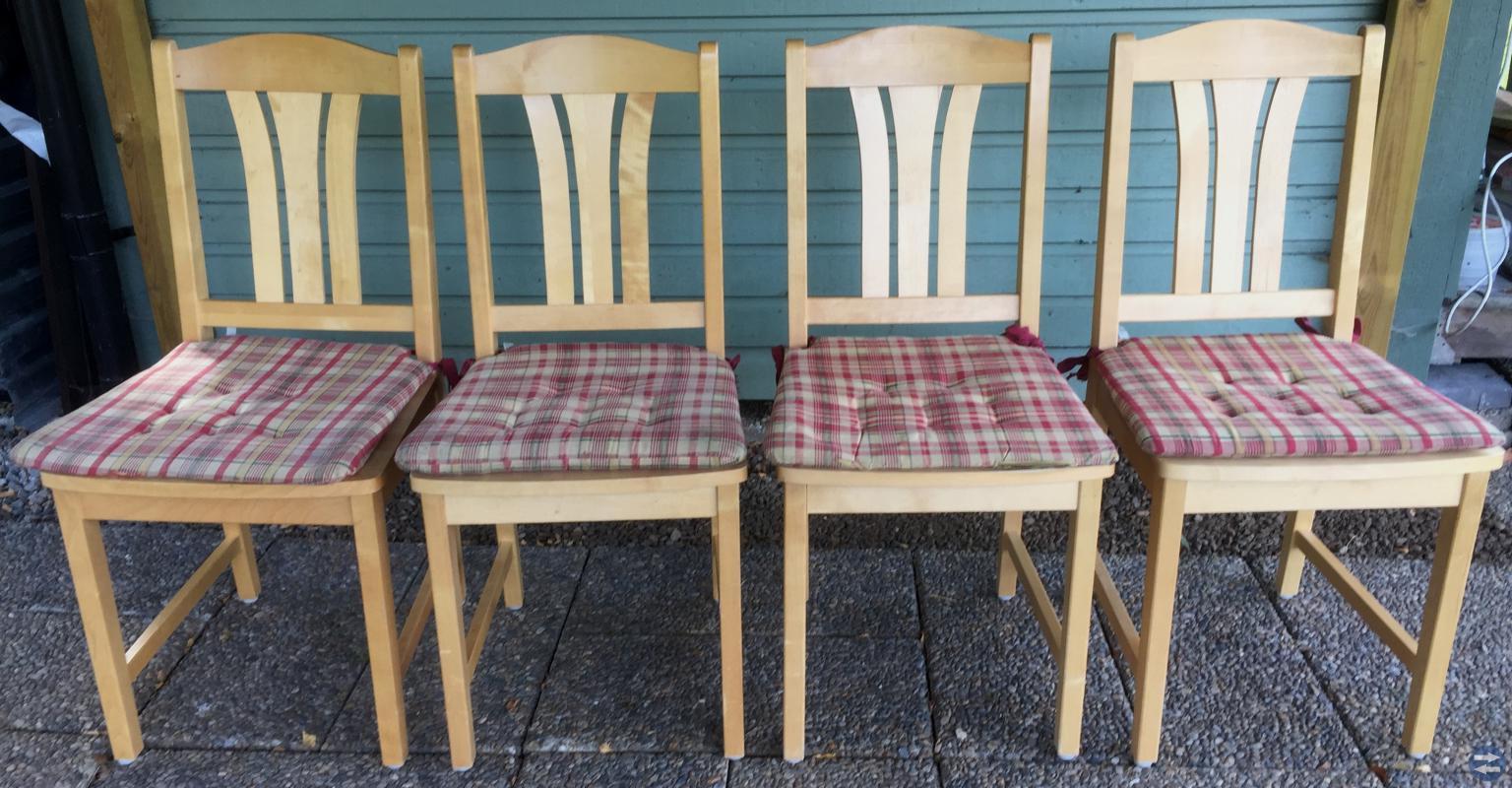 4 st fina matstolar i bok eller björk. 40 kr st.