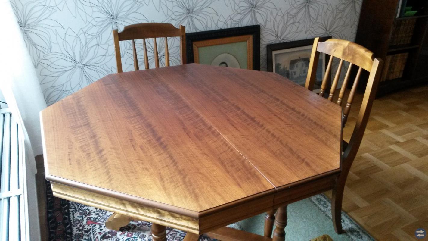 Matbord med stolar