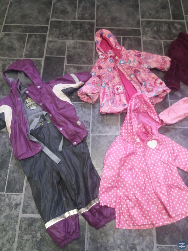 Massa kläder, även ytterkläder.
