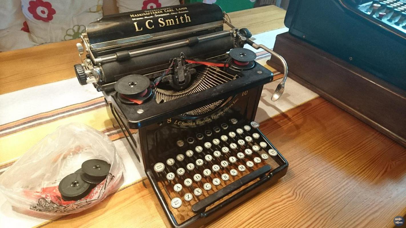 Gamla antika, kassaapparat och skrivmaskin