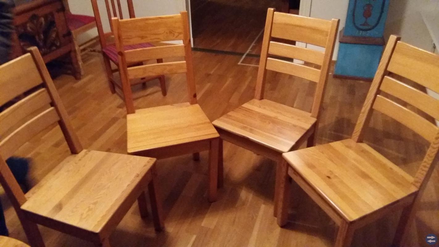 Furubord med tillhörande stolar