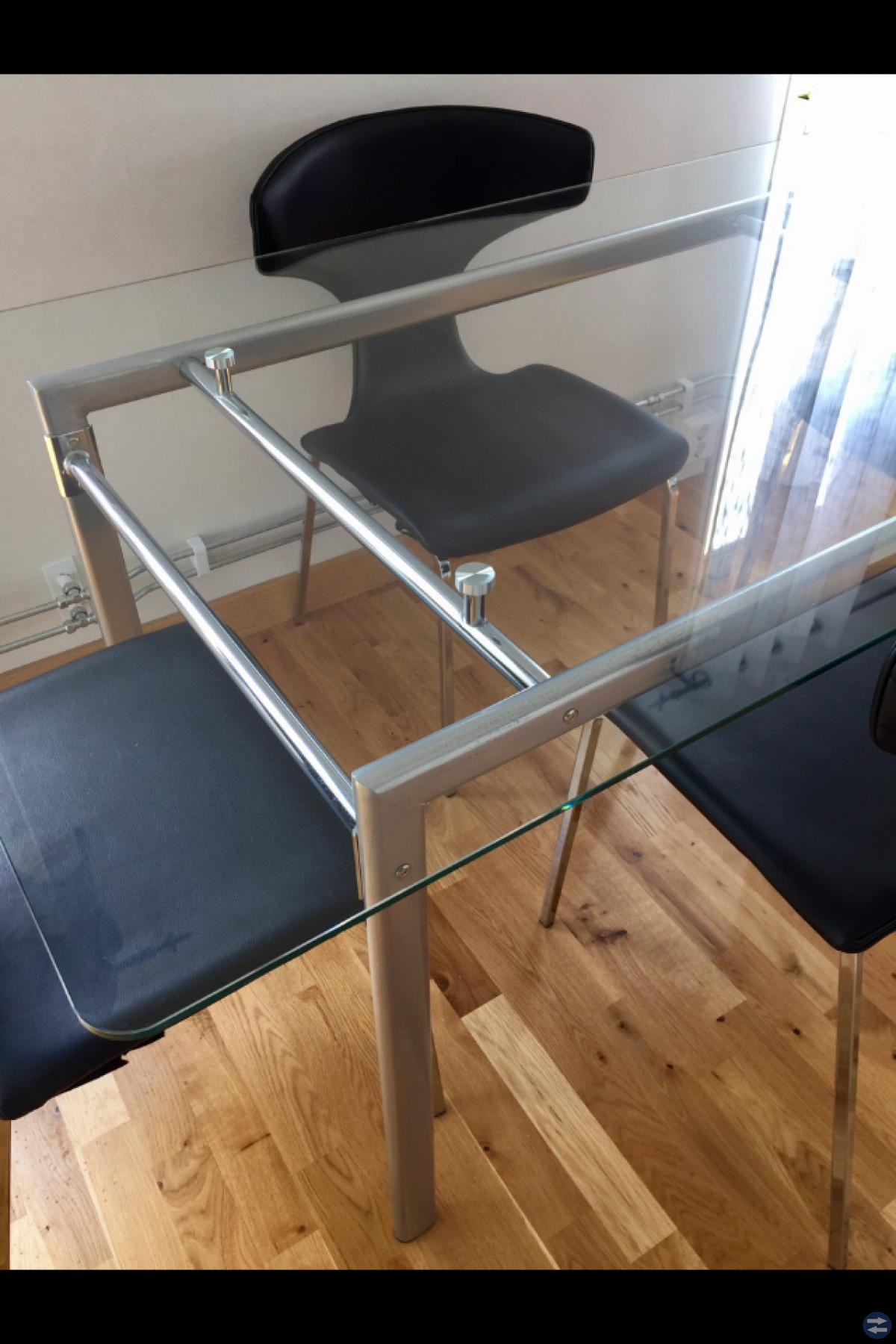 Köks bord med 4 skin stolar