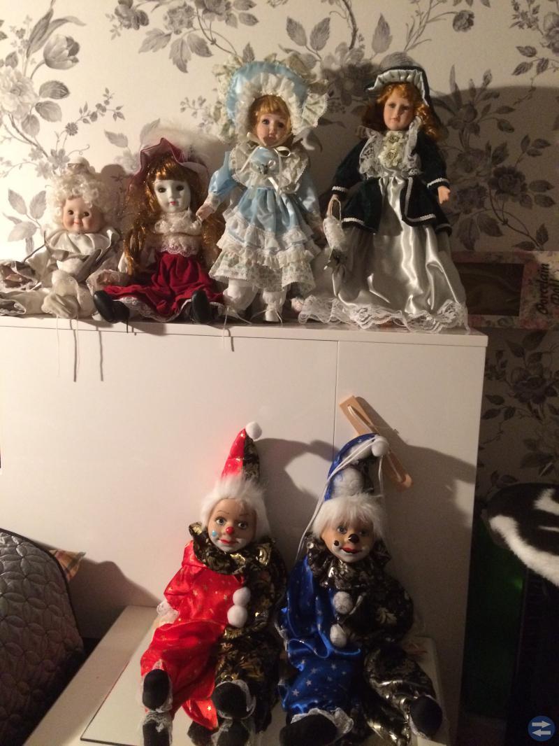 Fina välklädda dockor med porslin huvud,händer m.m