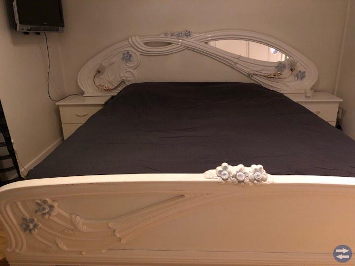 Matbord + 2 sängar + 1 spegel
