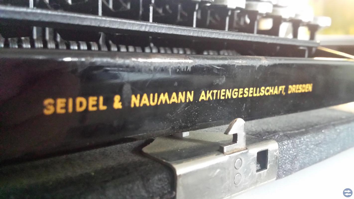 Mycket gammal rese skrivmaskin