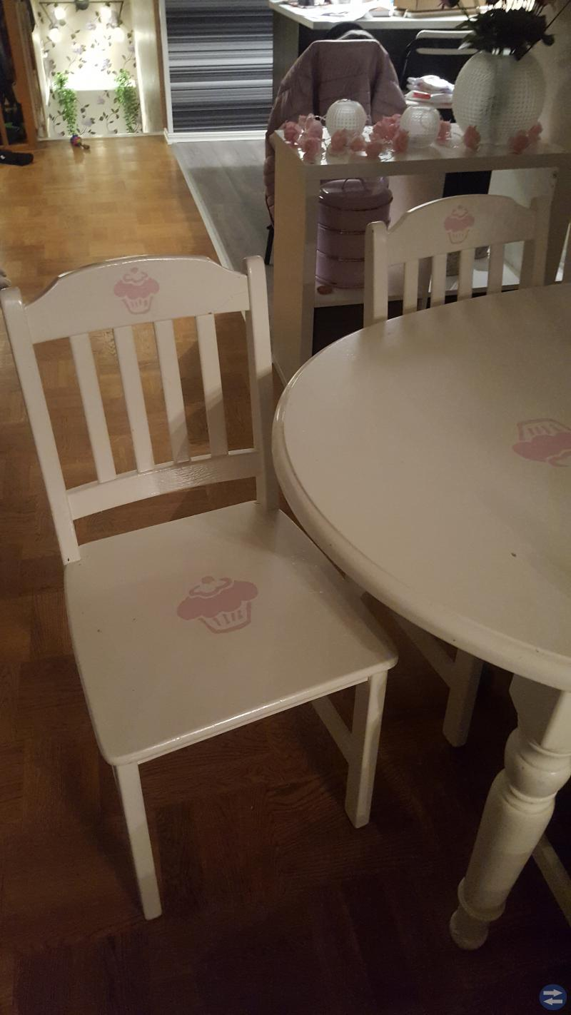 Matbord med 8 stolar och tillhörande taklampa
