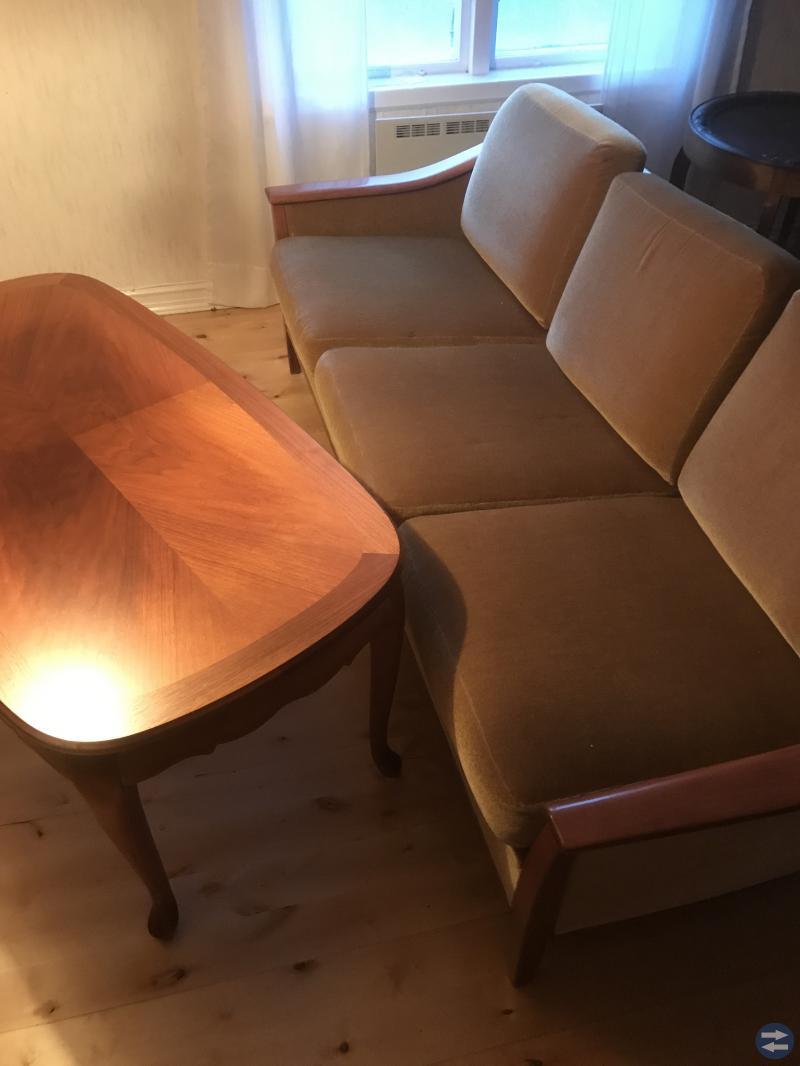 Soffa fåtölj bord lampa