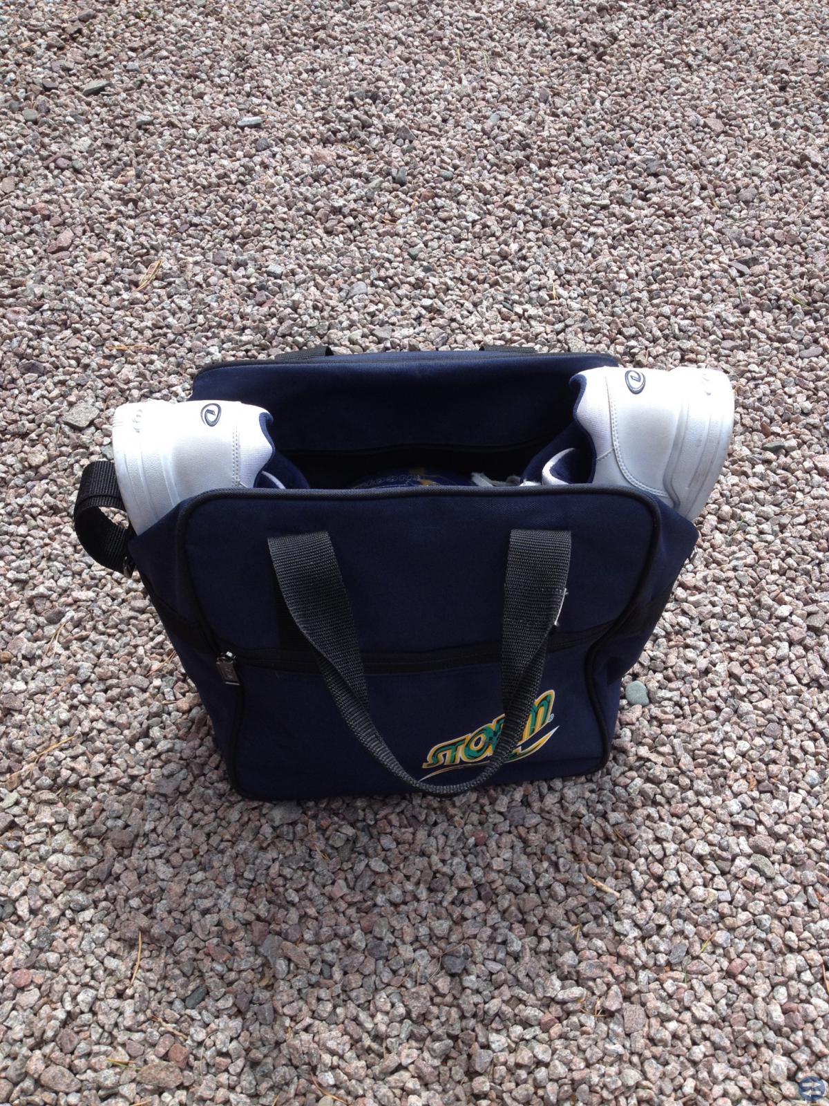 Bowlingklot och skor i väska