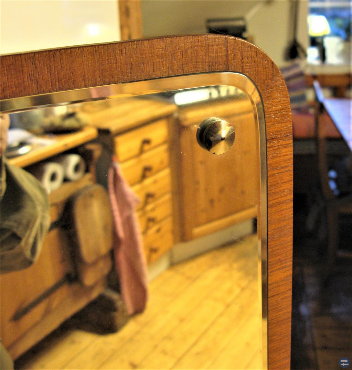 Helkroppsspegel med teakram. Eriksmålaglas.