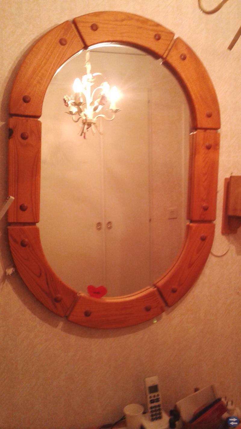Byrå och spegel