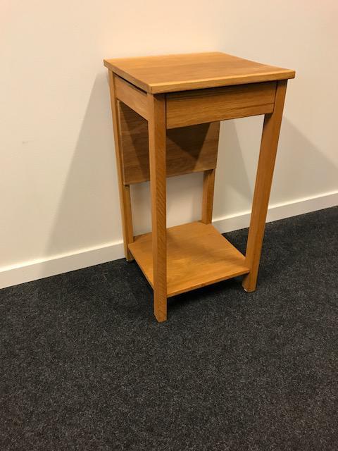 Sängbord i Ek med låda