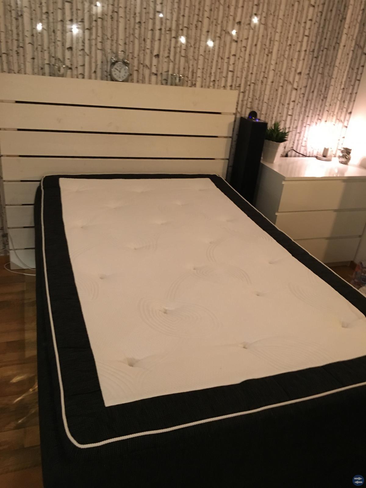 120 säng med förvaring i väldigt bra skick