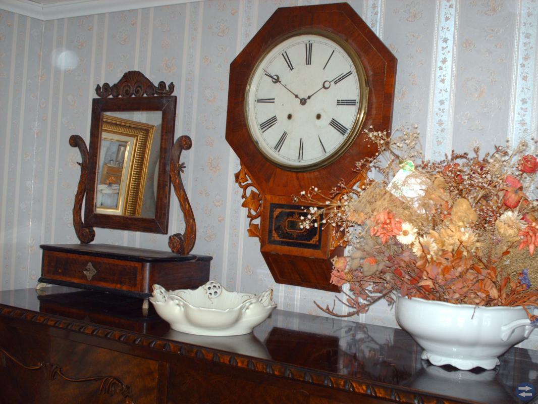 Antika klockor och lampor samt blåvita krus.