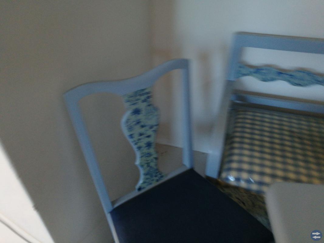 Köksbord med 4 stolar och kökssoffa