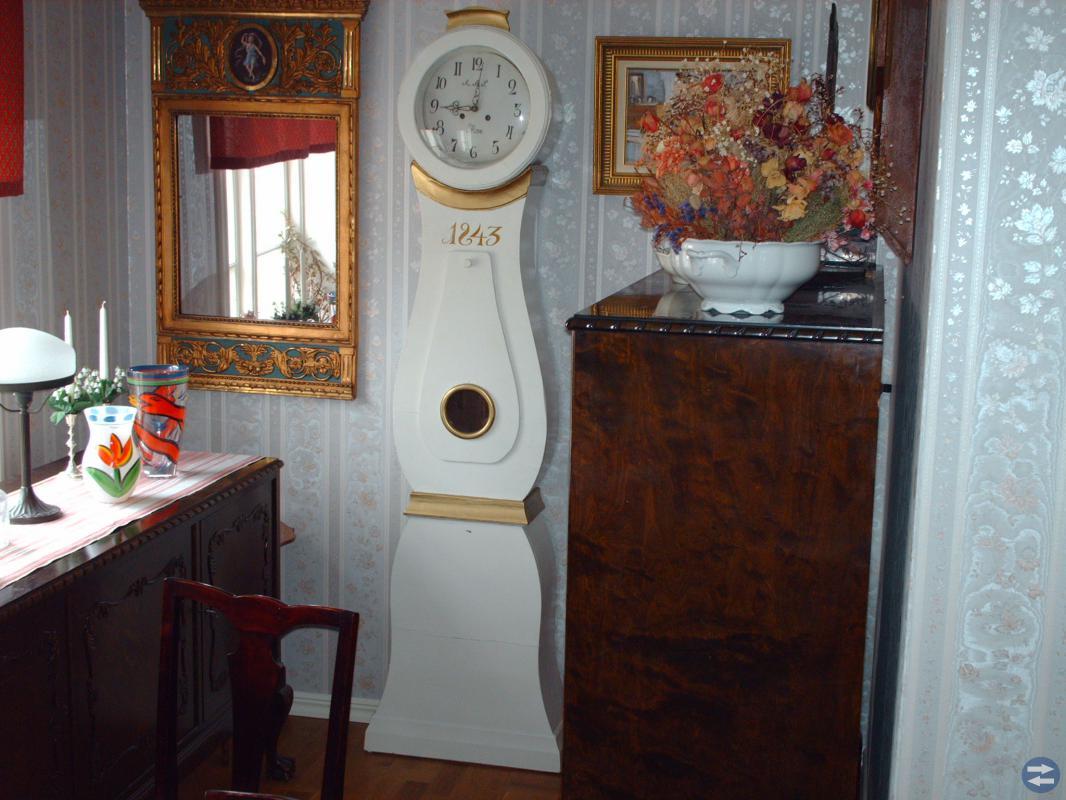 Golvklocka daterad 1711 samt 1 golvklocka  1853