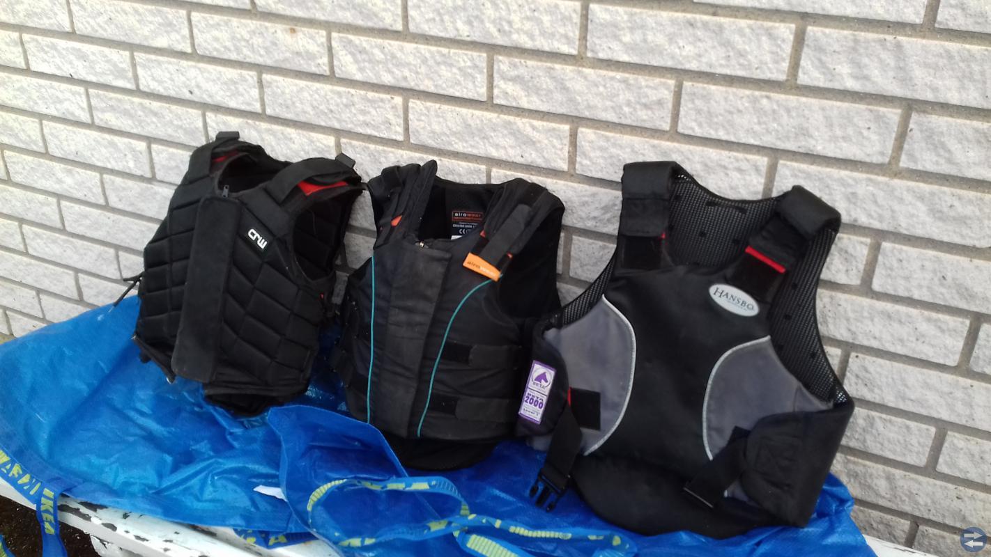 Ridskor, ridstövlar, skyddsvästar, ridkläder