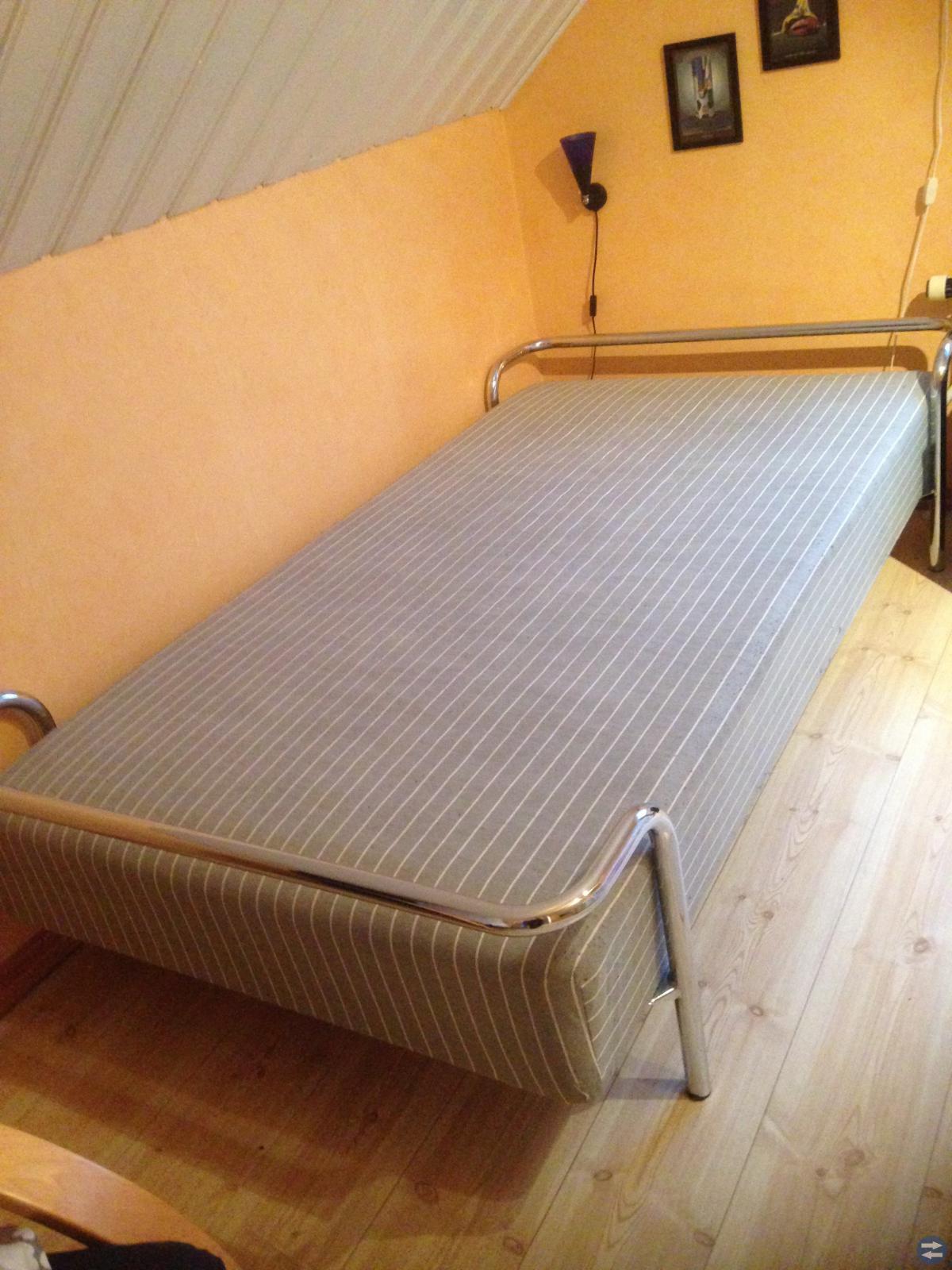 Säng, TV-bänk
