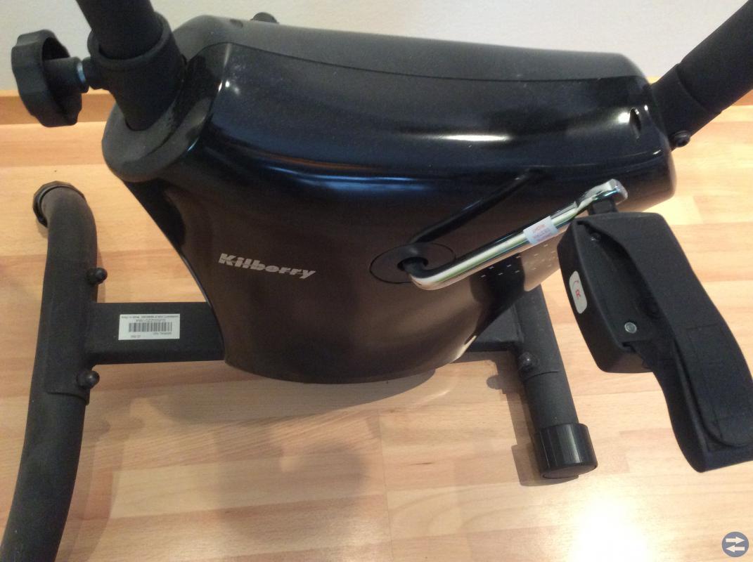 Motionscykel med skydddsmatta till golv.