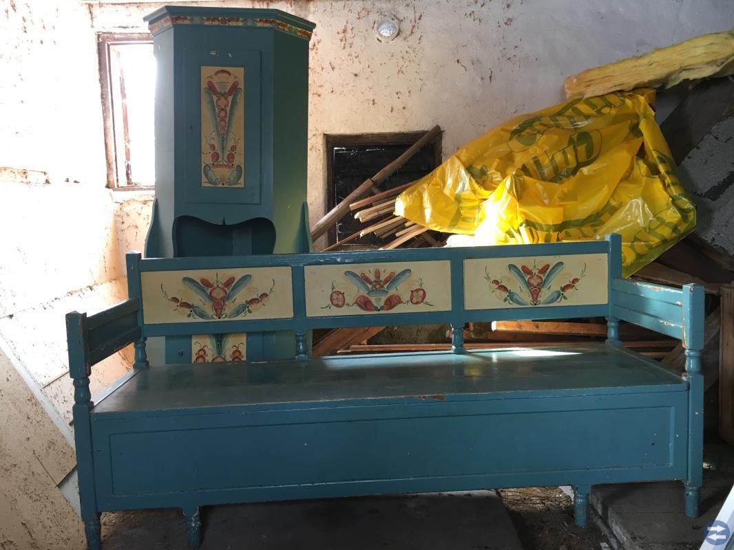 Dalamöbel - Bord, stolar, kökssoffa och vitrinskåp