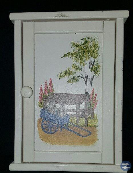 Underbar nyckelskåp - Handmålning på dörren.