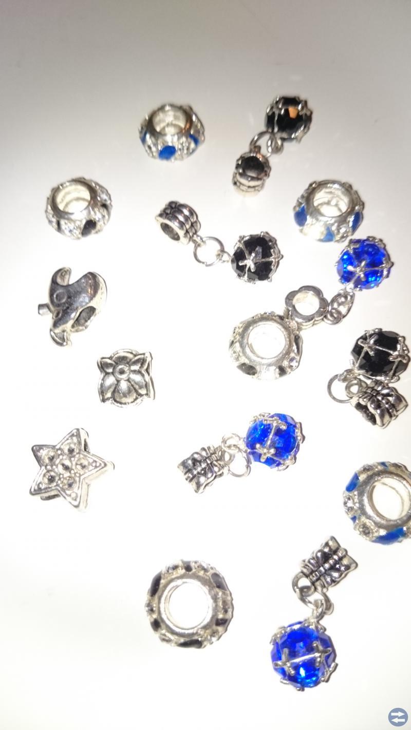 Ett antal berlocker som passar Pandora armband