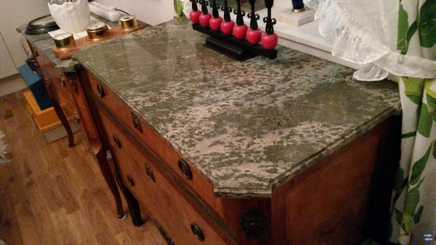 Byrå med marmorskiva