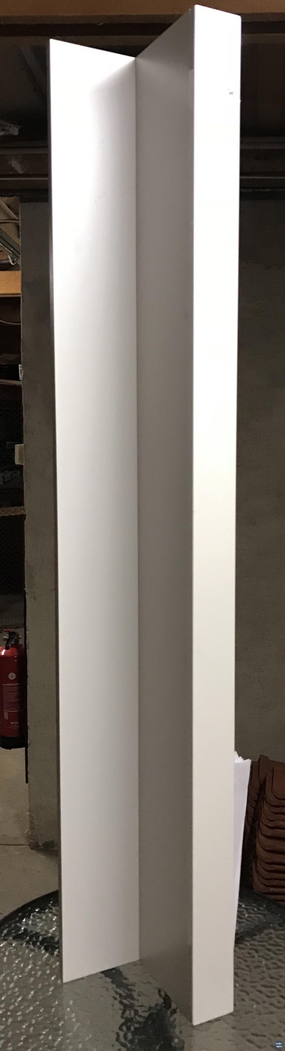 Vit ny vägghylla i högglans!