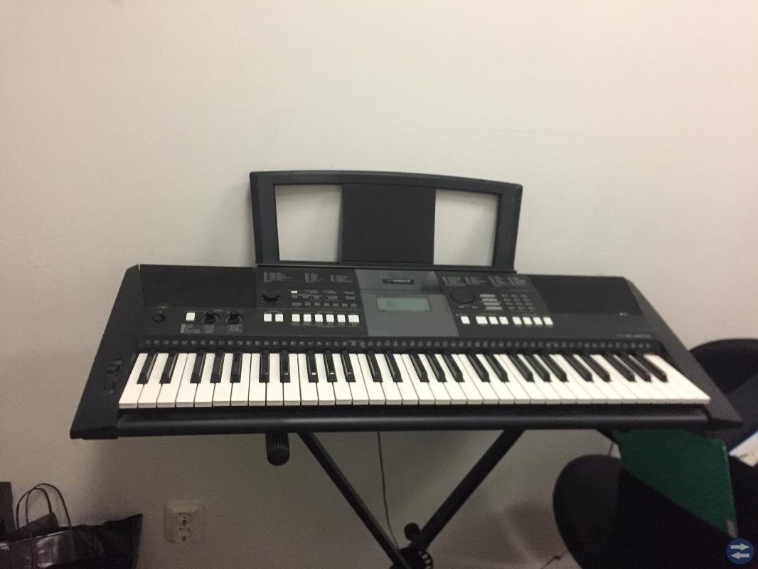 Sängar, keyboard, byrå, lampor