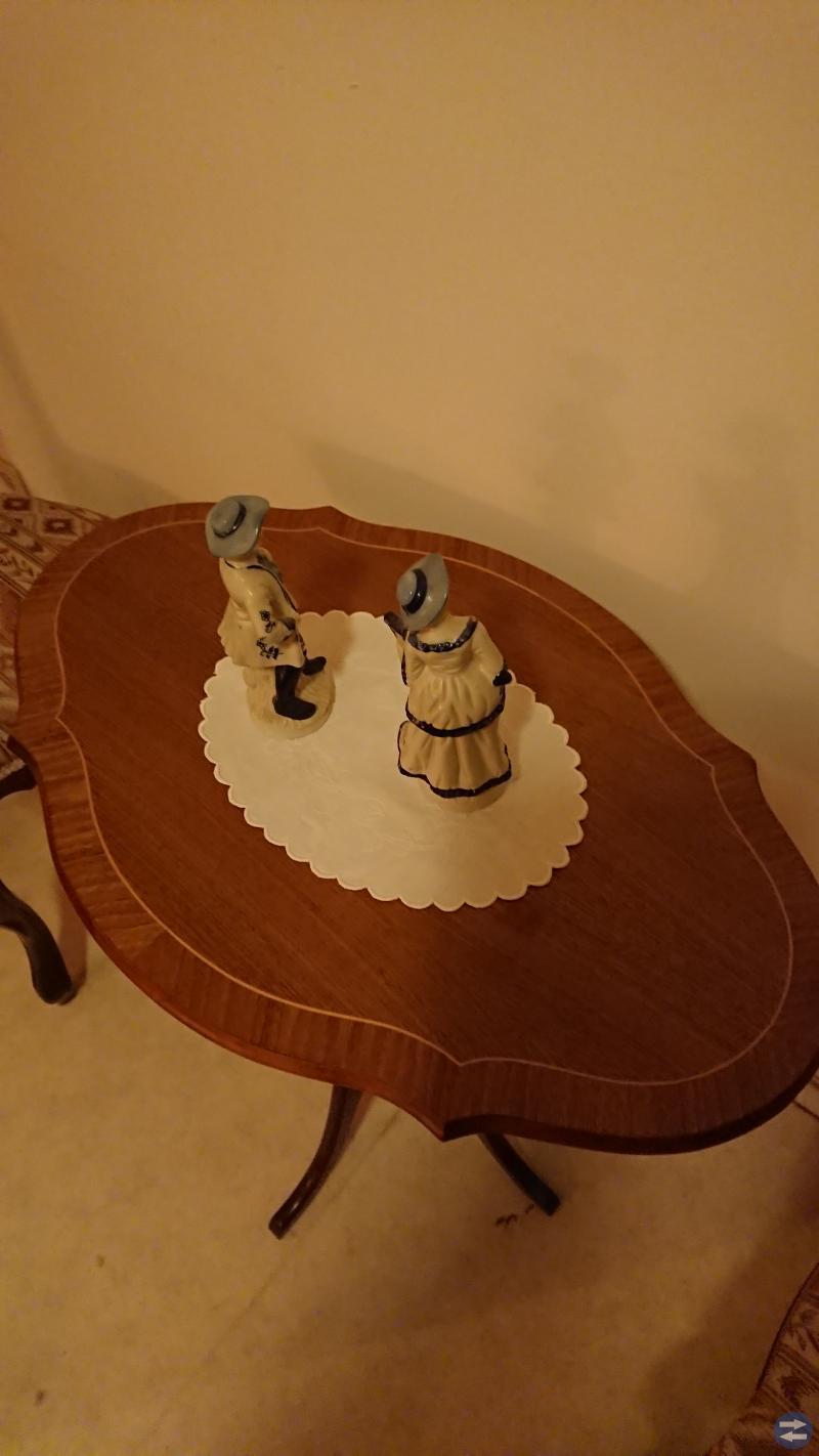 Bord med stolar