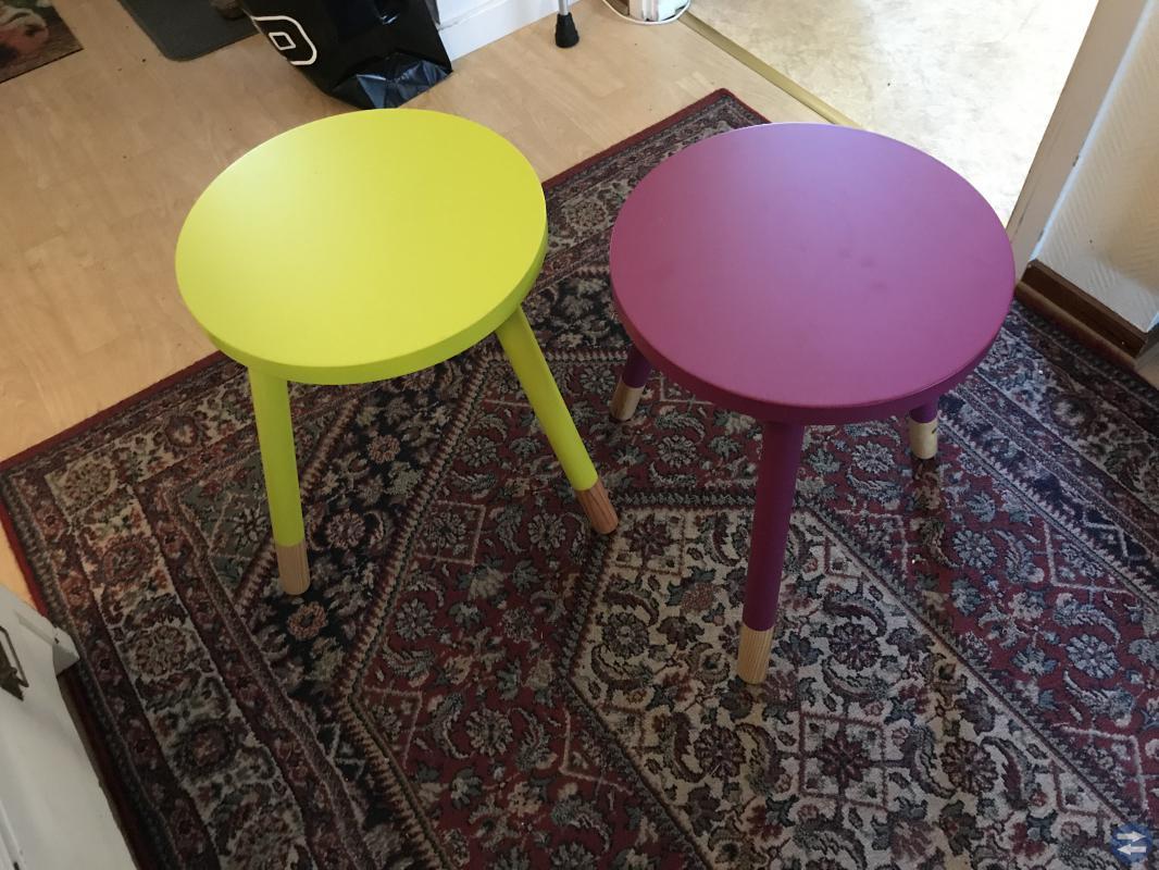 Två pallar/småbord.